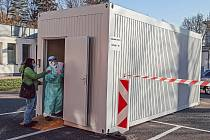 Nové odběrové místo pro pacienty s podezřením na onemocnění Covid-19 vyrostlo v Kroměřížské nemocnici.