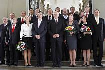 Vláda Jana Fischera byla v pátek jmenována, ministryně spravedlnosti Daniela Kovářová v dolní řadě třetí zleva.