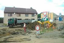 V Počenicích – Tetěticích opravují centrum obce, pracuje se na vodovodní a kanalizační síti a rekonstrukce čeká i jeden z mostů.