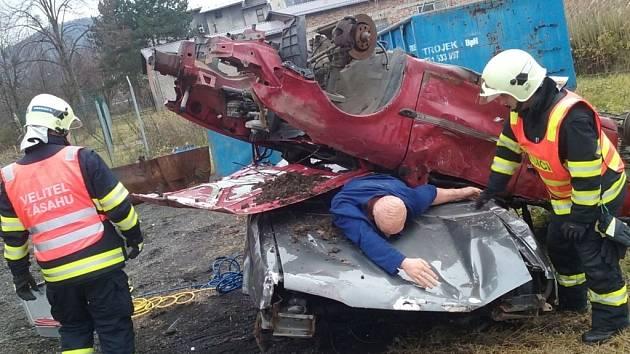 Hasiči cvičili v Bystřici vyproštění z vraků aut