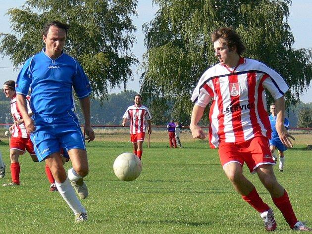 V prvním vzájemném utkání letošní sezony porazil Břest (v červeném) na svém hřišti Záhlinice 2:1.