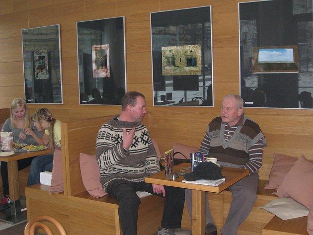 V kroměřížské kavárně Scéna jsou nyní k vidění díla výtvarníka Jiřího Hanáka.