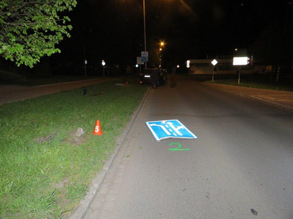 V Kroměříži v sobotu v noci bourala třiapadesátiletá řidička: vyjela mimo cestu na travnatý pás, tam narazila do dopravního značení a poté do víka kanalizační šachty. Vyvázla bez zranění, nadýchala ale  0,32 promile alkoholu.
