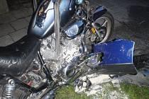Cestující na motorce Yamaha skončili po střetu s osobním autem s vážnějším zraněním v nemocnici.