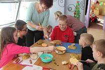 V rámci příměstského tábora kuchtily děti ve Studiu Kamarád houskové želvičky.