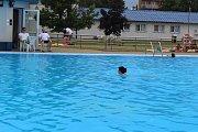 První na Kroměřížsku otevřelo už v pondělí 29. května chropyňské koupaliště. Přestože teploměr ještě neukazuje vyloženě tropické teploty, někteří už využili příležitosti a koupaliště navštívili.