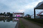 První den Holešovské Regaty patřil legendám jako jsou skupiny Katapult, nebo Olympic. Skupina Petra Jandy na festivalu dokonce oslavila své pětapadesáté narozeniny.