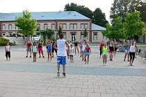 Hanácké náměstí v Kroměříži roztančila v pondělí v podvečer skupina M Dance z Kroměříže. Zatancovat si pod vedením Marka Meluzína mohou lidé každé pondělí vždy od devatenácti hodin.