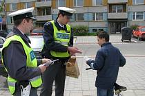 V rámci celorepublikové akce rozdávají policisté na celém území Kroměřížska během týdne od 21. do 25. dubna za správné přecházení silnice dětem odměny. Školka v Kvasicích navíc dostala reflexní vestičky.