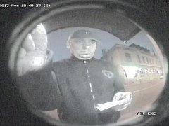 O pomoc při pátrání po totožnosti muže na snímcích pořízených z kamerových záznamů bankomatu v Děčíně žádá veřejnost kroměřížská policie.
