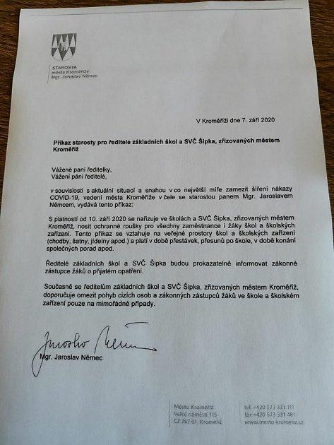 Starosta Kroměříže nařídil povinné nošení roušek vměstem zřizovaných školách.