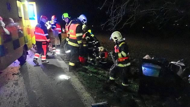 Nedaleko Šelešovic auto narazilo do stromu, řidič nehodu přežil.