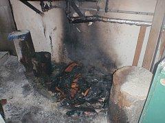 Tři jednotky hasičů musely ve středu 6. září ráno bojovat s požárem ve sklepě rodinného domu ve Slavkově pod Hostýnem. Při zásahu byl navíc nešťastně zraněn i jeden ze zasahujících záchranářů.FOTO: HZS ZK