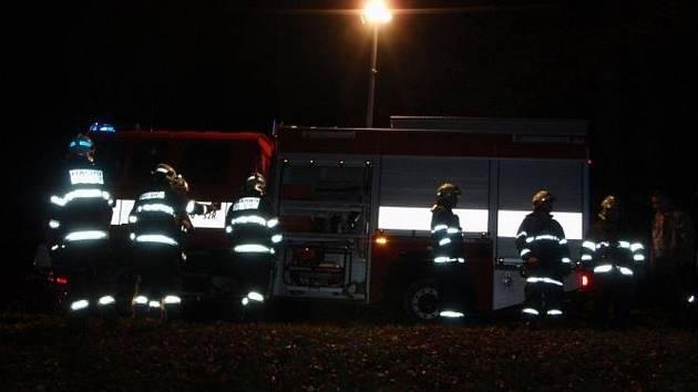 Pomocí provizorního majáku v podobě teleskopického osvětlovacího stožáru zásahového auta hasiči navedli dvojici zbloudilých turistů na místo zásahu.
