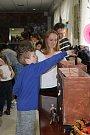 Čokoládovnu Willyho Wonky si pro děti z Bystřice pod Hostýnem připravil tamní Okrášlující a zábavní spolek. Kromě slalomu na čokoládové řece nebo navrhování vlastních sladkostí se mohly děti projíst až k vítěznému kuponu.