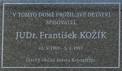 Pamětní deska Františka Kožíka visí v ulici Ztracená na domě s číslem popisným 201. Symbolické odhalení svou přítomností podpořily i autorova manželka Olga s dcerou Alenou.