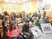 První ročník soutěže školních časopisů vyhlásilo letos Informační centrum mládeže při Středisku volného času v Holešově.