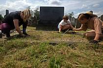 Dobrovolníci pomáhají s opravou židovského hřbitova v Holešově.