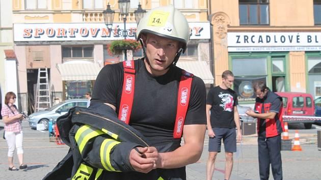V soutěži TFA O nejtvrdšího hasiče se 17. září na Velkém náměstí v Kroměříži utkaly desítky závodníků.
