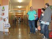 Přímo v Kroměříži ve volebních místnostech 17 a 18 na tamní Základní škole Slovan se hned po otevření objevilo několik voličů především staršího věku.