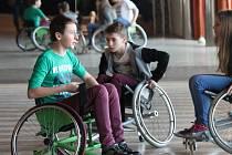 Žáci základních a středních škol měli možnost vžít se do role zrakově, sluchově či tělesně postižených lidí. Dům Kultury v Kroměříži totiž ve čtvrtek hostil projekt s názvem Kroměříž bez Hranic.