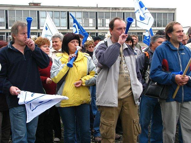 V areálu kroměřížské firmy Magneton se v pondělí 12. října 2009 konal mítink, na na který přijeli i zástupci pražské odborové organizace KOVO. Společně s nimi chtěly zhruba dvě stovky pracovníků vyjádřit nespokojenost s nynější situací ve firmě.