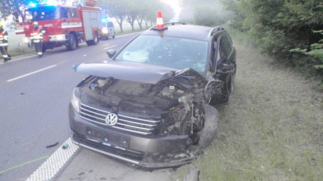 AUTA PO SRÁŽCE. Vozidla po srážce blokovala cestu mezi Kroměříží a Hulínem až do sedmi hodin ráno.