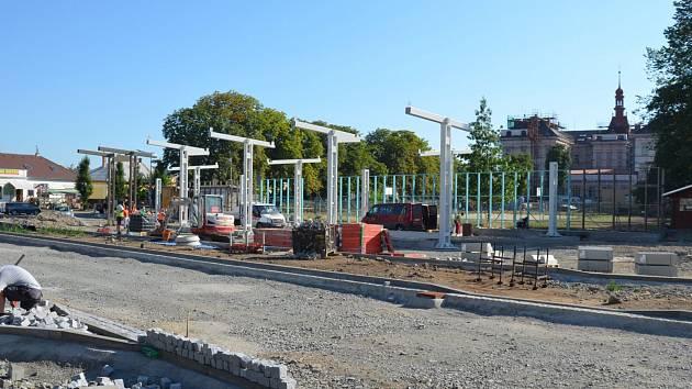 STAVENIŠTĚ TERMINÁLU. Pracovníci na dohotovení usilovně pracují, aby byl terminál dokončen v požadovaném termínu.