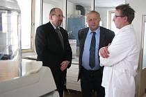 Do Kroměříže ve čtvrtek 13. ledna 2010 přijel ministr zemědělství ČR Ivan Fuksa. Na snímku je při prohlídce potravinářské laboratoře Jana Šotoly.