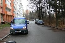 V kroměřížské ulici U Rejdiště řeší složky IZS problém s dopravou. Když podél cesty parkují auta, mají problém s průjedzností.