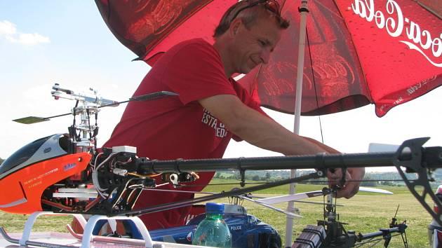 Na kroměřížském letišti se dnes v pátek 11. července začali sjíždět modeláři vrtulníků. Na snímku je modelář Roman Zapletal z Prahy.