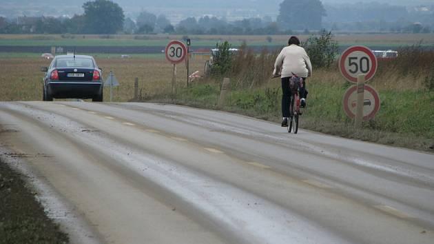 Řidiči nesouhlasí s příliš náhlým omezením rychlosti u výjezdu na stavbu mezi Hulínem a Třeběticemi.