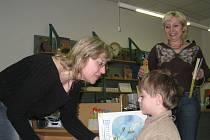 V Knihovně Kroměřížska si prvňáčci ze Základní školy Zámoraví v Kroměříži odbyli ve čtvrtek 22. ledna 2009 pasování na čtenáře