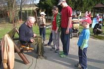 Děti v Bařicích se ve středu 4. dubna učily plést pomlázku.