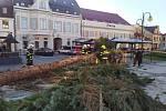 V Holešově na náměstí E. Beneše spadl vánoční strom.