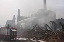 Hasiči znovu vyjížděli na dohašování zbylých ohnisek v Chropyni.