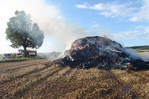 Mezi Zlobicemi a Ratajemi hořel stoh slámy.