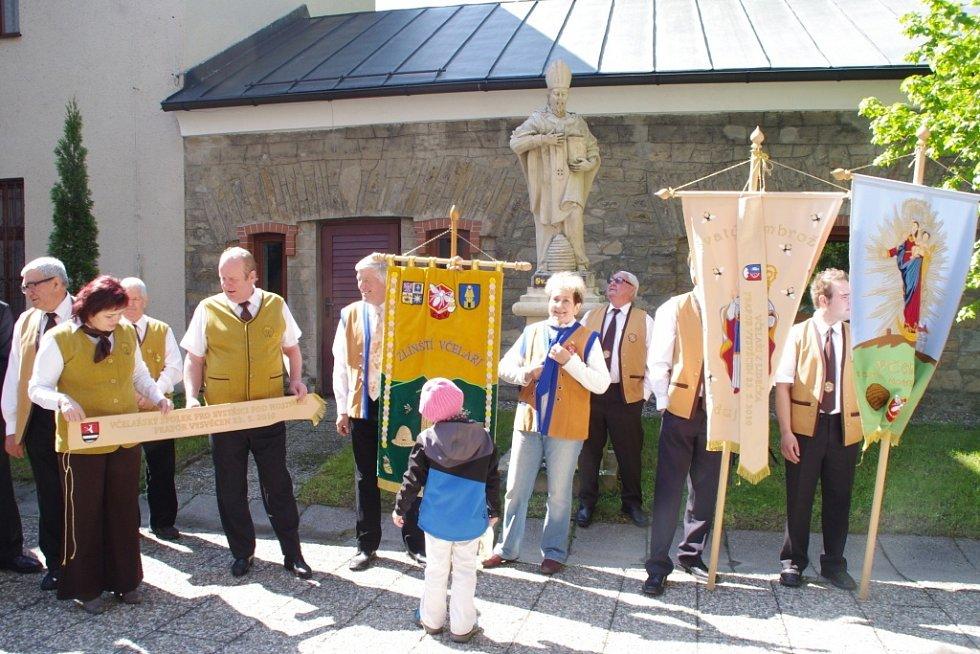 Zhruba osm tisíc včelařů ze všech koutů naší republiky dorazilo během soboty a neděle 25. a 26. května na 11. ročník včelařské celonárodní pouti na svatý Hostýn.