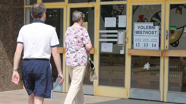 Dát hlas svému kandidátovi ve volbách do Evropského parlamentu přišli v pátek odpoledne první voliči také v Kroměříži. Dveře volebních místností se stejně jako všude jinde otevřely ve 14:00 hodin.