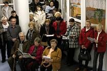 Tradiční akce Česko zpívá koledy se v Kroměříži také letos konala v Domově pro seniory U Moravy: oblíbené vánoční melodie si tam s pěveckým sborem AVE Arcibiskupského gymnázia zazpívalo na 150 lidí.