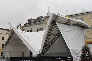 Zřícená tribuna na Velkém náměstí v Kroměříži. Foto z 25.6.2013