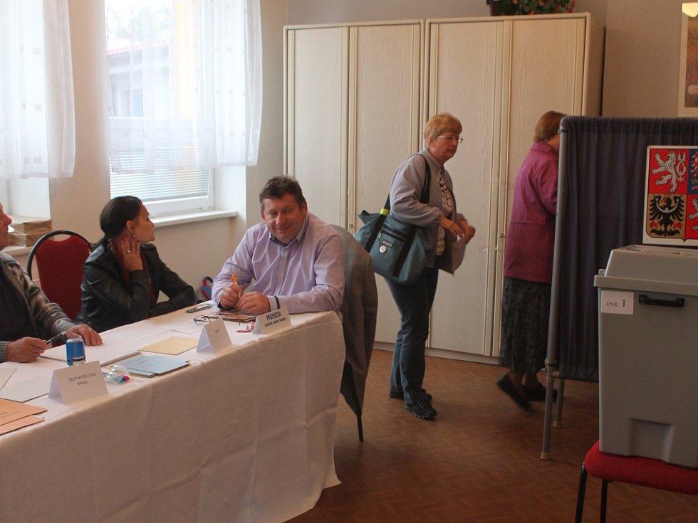 Do hulínského Kulturního klubu za pátek dorazilo osmnáct procent voličů.