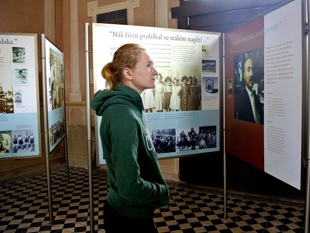 Obřadní síň holešovského židovského hřbitova nabízí mezinárodní putovní výstavu s názvem Anna Franková – Odkaz pro současnost.