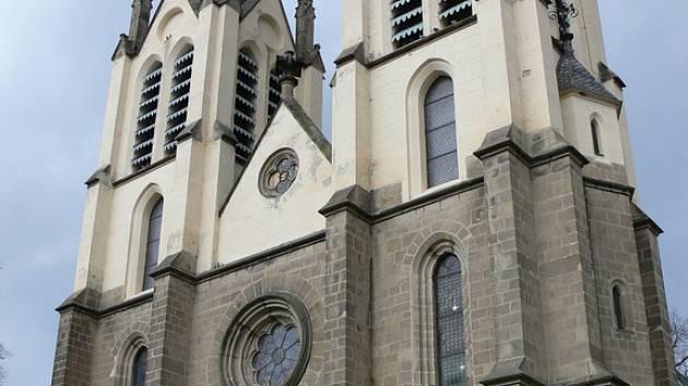 Kostel sv. Petra a Pavla v Ratjích se možná díky dotaci dočká opravy vitráží oken.