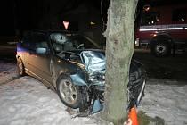 Mladá řidička přejela do protisměru a narazila přímo do stromu. Ona i spolujezdec vyvázli bez zranění.