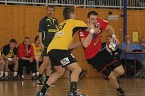 Na zkušenosti výborného střelce Rostislava Dobeše (v červeném) budou v Bystřici spoléhat i v nové extraligové sezoně.