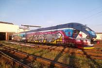 Někdy po půlnoci na pátek 8. září řádil na vlakovém nádraží v Osíčku vandal. Zaměřil se tam na vlakovou jednotku Regio Shark a způsobil dopravní společnosti předběžnou škodu čtyřicet tisíc korun.FOTO: PČR KROMĚŘÍŽ