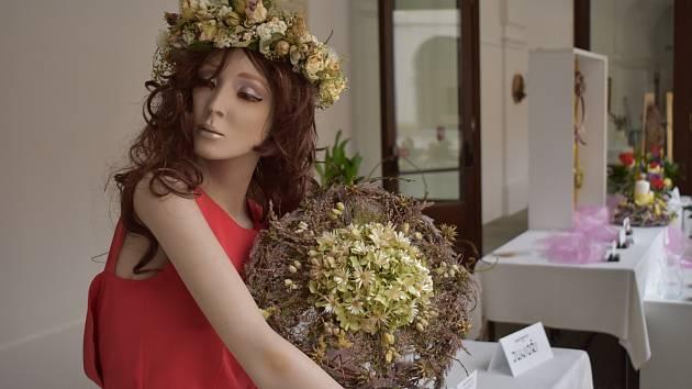 Květiny za sklem v Holešově.