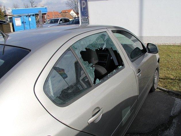 PONIČENÝ VŮZ. Aby se zloděj dostal pro odloženou tašku s notebookem, rozbil majiteli okýnko zadních dveří.
