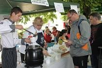 V areálu Holešovského zámku se v sobotu už podruhé vařil guláš.